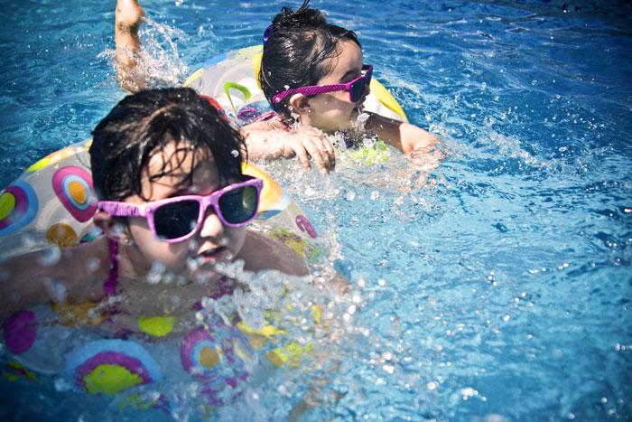 Wasserspaß beim Schwimmkurs